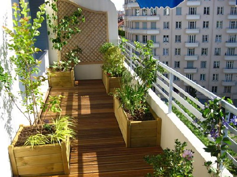 Comment bien aménager un balcon long et étroit?